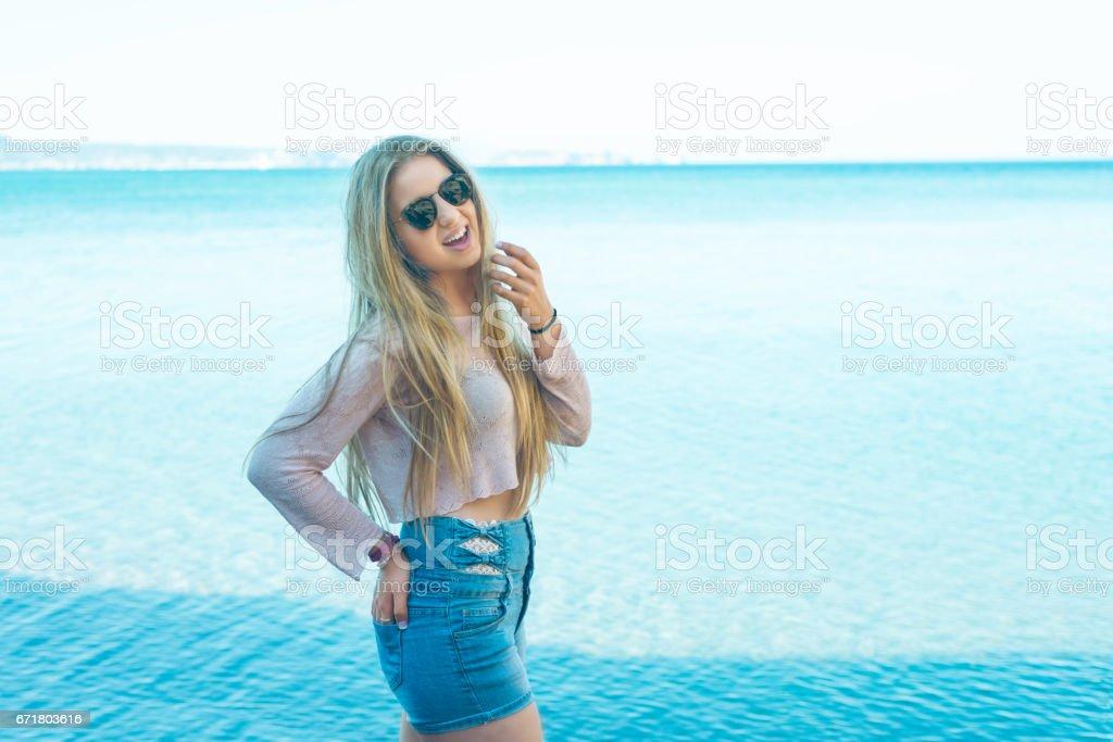 Chica en la playa stock photo