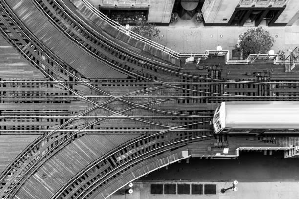 """chicago cta """"l"""" zug und schalter von oben betrachtet - hochbahn passagierzug stock-fotos und bilder"""