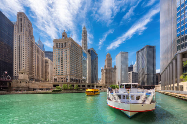 chicago downtown en chicago river in de zomertijd - rondvaartboot stockfoto's en -beelden