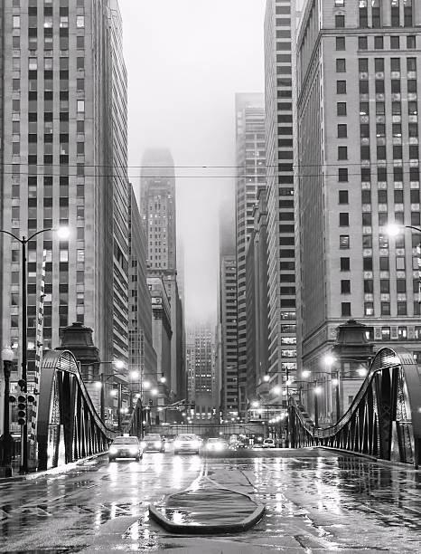 chicago lasalle boulevard in regen - 20er jahre stock-fotos und bilder