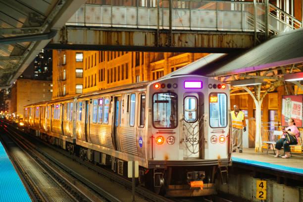 öffentlichen verkehrsmitteln chicago erhöhte zug in die innenstadt von schleife in der nacht - hochbahn passagierzug stock-fotos und bilder