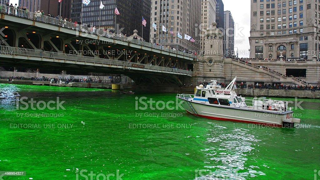 Chicago River gefärbtes von grünen Farbe für St. Patrick's Day – Foto