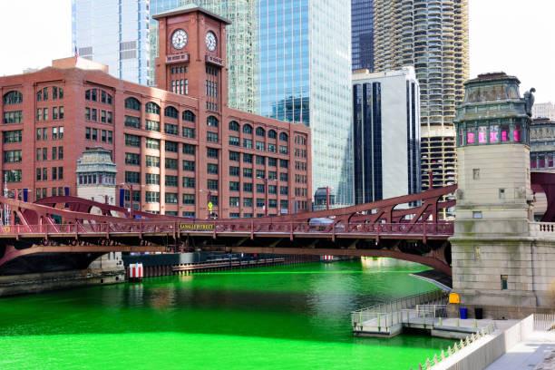 chicago river, dyed green for st. patricks day - st. patrick's day stock-fotos und bilder