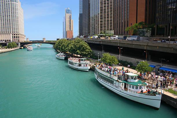 chicago river - rondvaartboot stockfoto's en -beelden