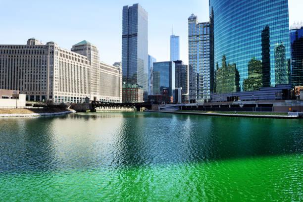 chicago river, wolf point, green for st. patricks day - st. patrick's day stock-fotos und bilder
