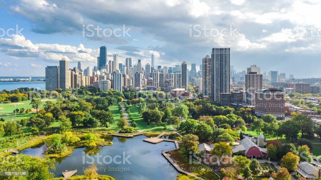 Chicago skyline drone aérien vue par dessus, le lac Michigan et la ville de Chicago cityscape gratte-ciel du centre-ville de Lincoln park, Illinois, USA photo libre de droits