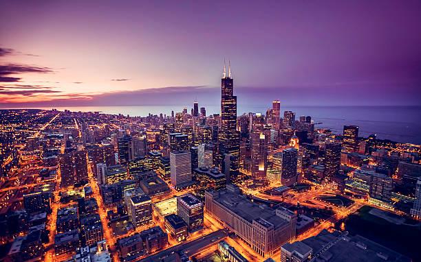 вид с воздуха чикаго горизонт на закате  - деловой центр города стоковые фото и изображения