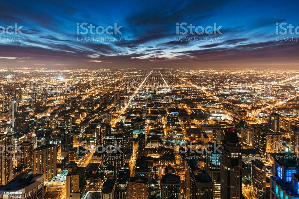 Vista de los edificios de Chicago en la noche - Foto de stock de Aire libre libre de derechos