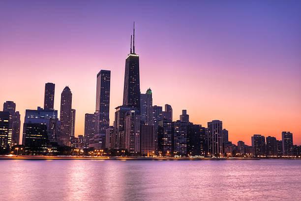 chicago skyline at sunset - edificio hancock chicago fotografías e imágenes de stock