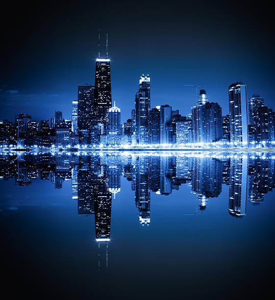 los edificios de la ciudad por la noche - edificio hancock chicago fotografías e imágenes de stock