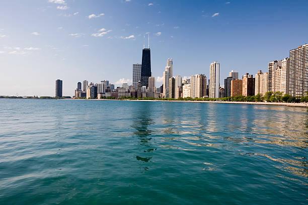 vista de los edificios de chicago desde el lago - edificio hancock chicago fotografías e imágenes de stock