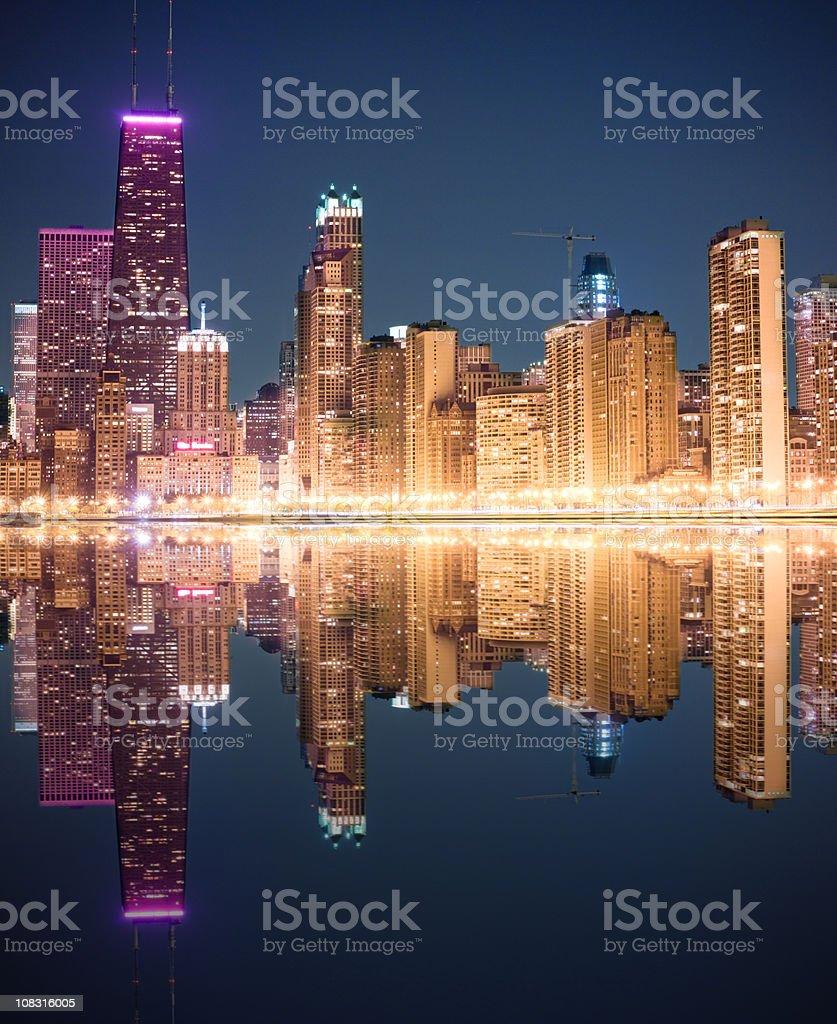 シカゴの街並みを反映するミシガン湖の夜景 イリノイ州のストックフォトや画像を多数ご用意 Istock