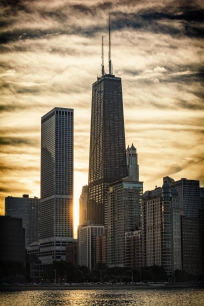 chicago skyline sunset - edificio hancock chicago fotografías e imágenes de stock