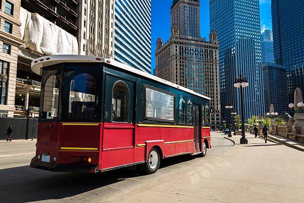 die straßenbahn in der innenstadt von chicago, illinois, usa - tour bus stock-fotos und bilder