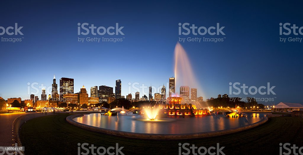 Chicagos Buckingham Fountain and Skyline at Dusk stock photo