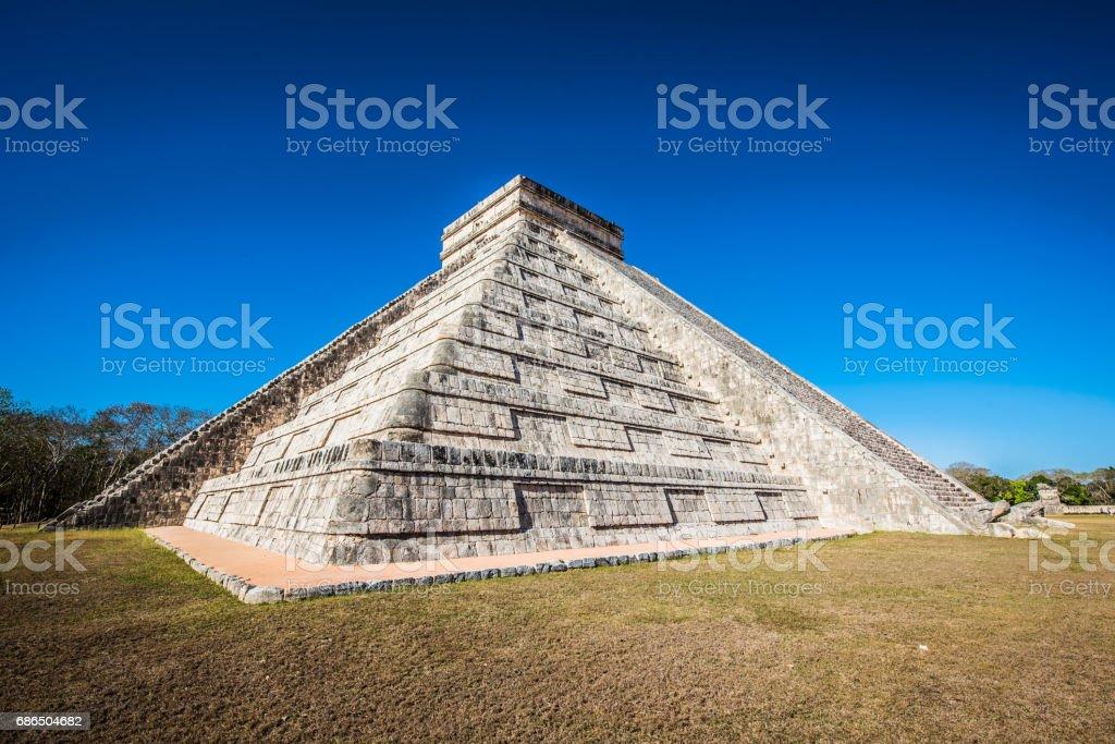 Chichen Itza - El Castillo Pyramid - Ancient Maya Temple Ruins in Yucatan, Mexico royaltyfri bildbanksbilder