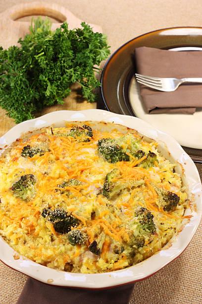 hühnchen, brokkoli-eintopf - huhn brokkoli auflauf stock-fotos und bilder