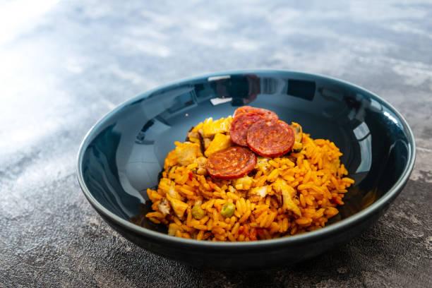 huhn und chorizo paella mit muscheln - chorizo wurst stock-fotos und bilder