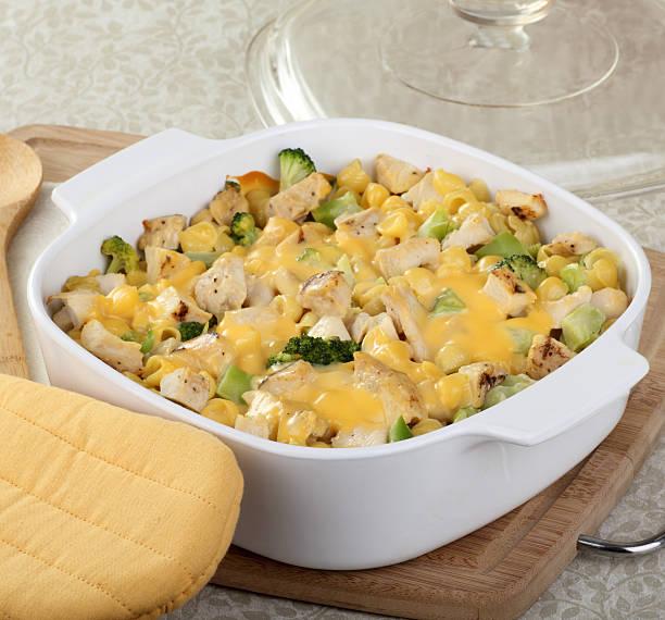 huhn und makkaroni-eintopf - huhn brokkoli auflauf stock-fotos und bilder
