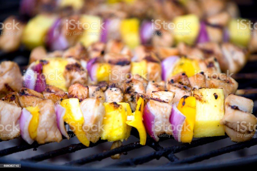 Kip en UI en ananas Shish Kebab op een Grill foto