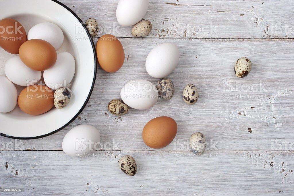 Hühner und Wachteln Eier auf weißer Holztisch Lizenzfreies stock-foto
