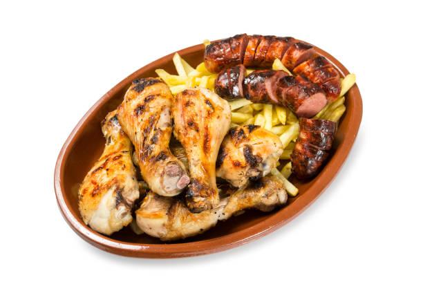 pollo y salchichas en barbacoa - studioimagen73 fotografías e imágenes de stock