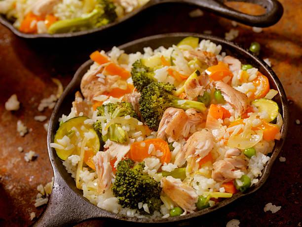 Frito de pollo con arroz y verduras - foto de stock