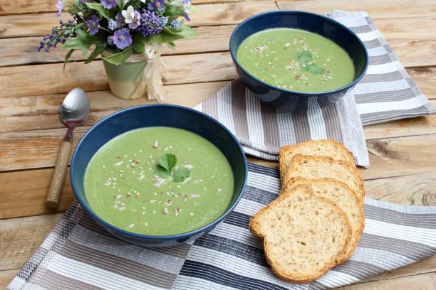 huhn und gemüse suppe - spinatsuppe stock-fotos und bilder