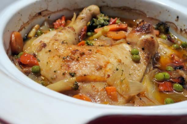huhn und gemüse langsam kochen in einem steinzeug - chefkoch auflauf stock-fotos und bilder