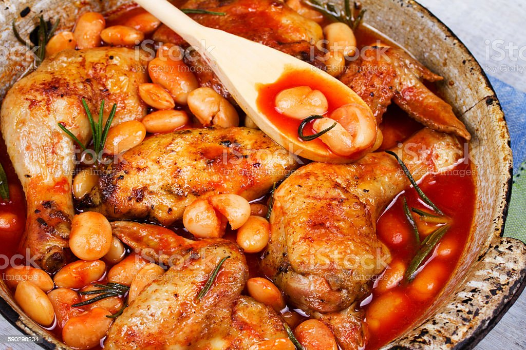 Chicken and white bean in tomato sauce with rosemary Стоковые фото Стоковая фотография
