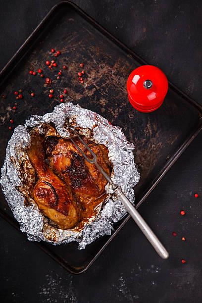 huhn gebacken - alufolie backofen stock-fotos und bilder