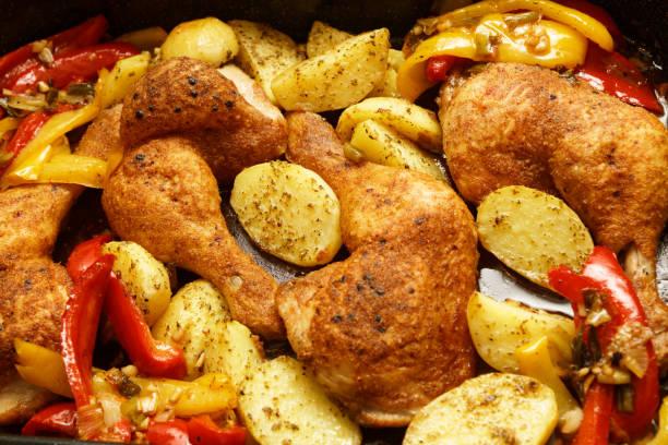 gebackenes huhn mit gemüse - paprika hähnchen stock-fotos und bilder
