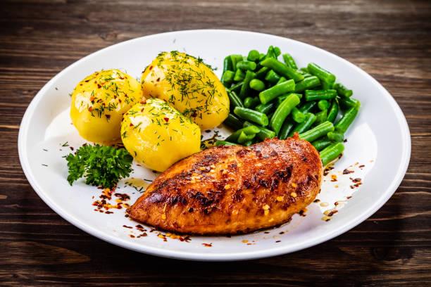 Hühnerbrust, Kartoffeln und Gemüse – Foto