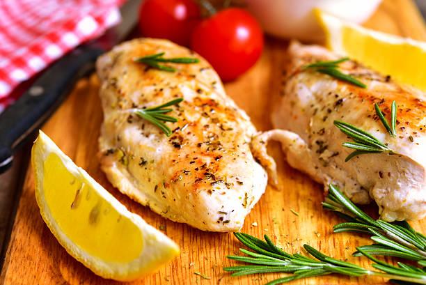 chicken breast baked with rosemary. - gebakken in de oven stockfoto's en -beelden