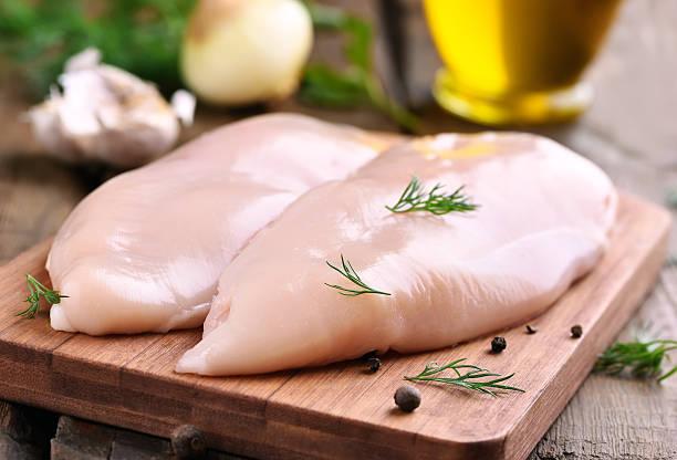 pierś kurczaka na deska do krojenia - kurczak zdjęcia i obrazy z banku zdjęć