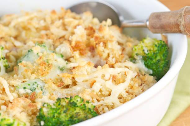 hühnchen-auflauf mit brokkoli pfadanzeige und käse - huhn brokkoli auflauf stock-fotos und bilder