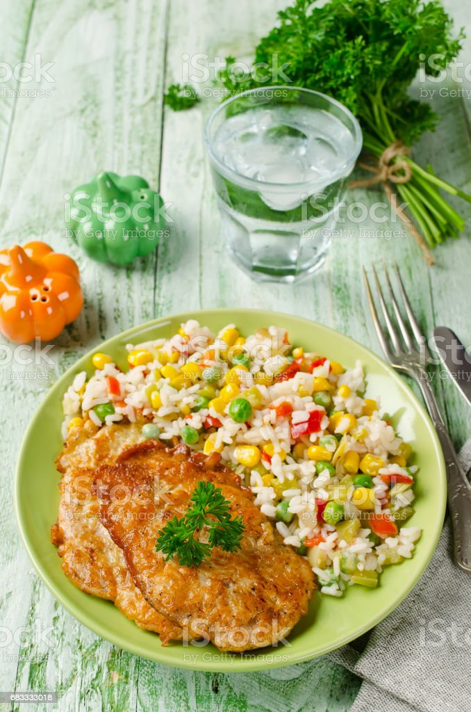 Chicken chops with rice and vegetables photo libre de droits