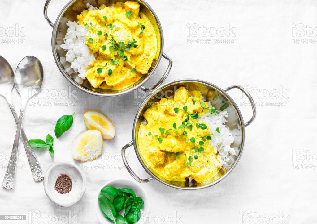 Molho de caril frango leite de coco com arroz sobre um fundo claro, vista superior. Comida ao estilo indiano - Foto de stock de Alimentação Saudável royalty-free