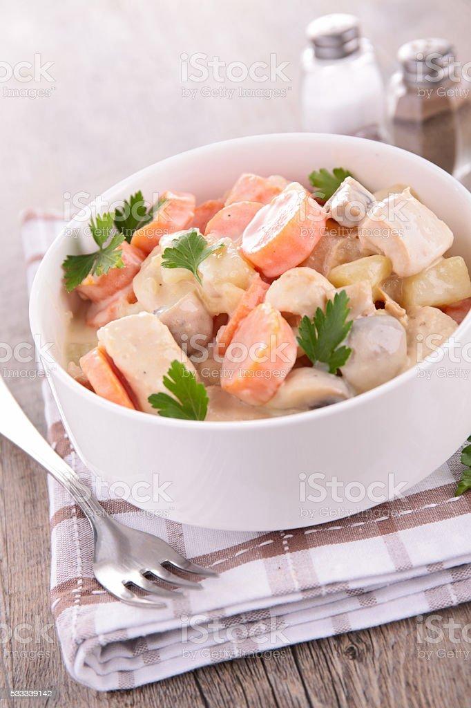 Poulet cuit avec de la crème et carottes - Photo