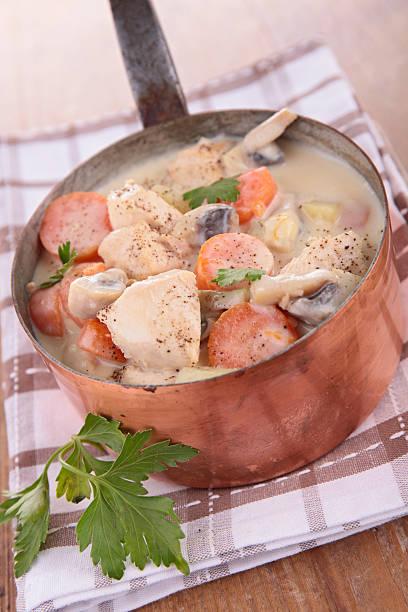 Poulet cuit avec de la crème, carotte et aux champignons - Photo