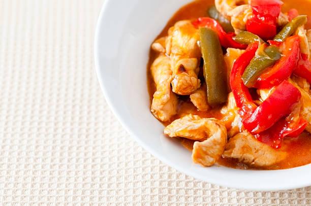 huhn gekocht mit roten und grünen paprika (serie - paprika hähnchen stock-fotos und bilder