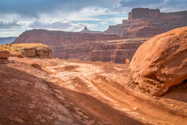 kip hoek weg in de buurt van moab, utah - moab utah stockfoto's en -beelden