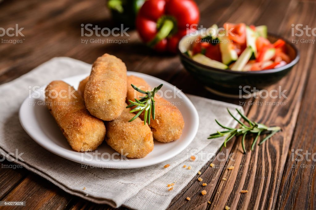 Chicken croquettes served with vegetable salad​​​ foto