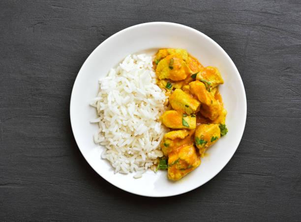curry-huhn mit reis - curry reis stock-fotos und bilder