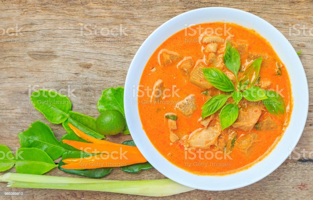 Poulet au curry avec melon d'hiver sur un plat blanc avec des légumes. - Photo de Aliment libre de droits