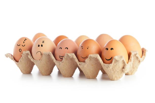 huevos de pollo con emoticonos divertidos aislados sobre fondo blanco - sequence animation fotografías e imágenes de stock