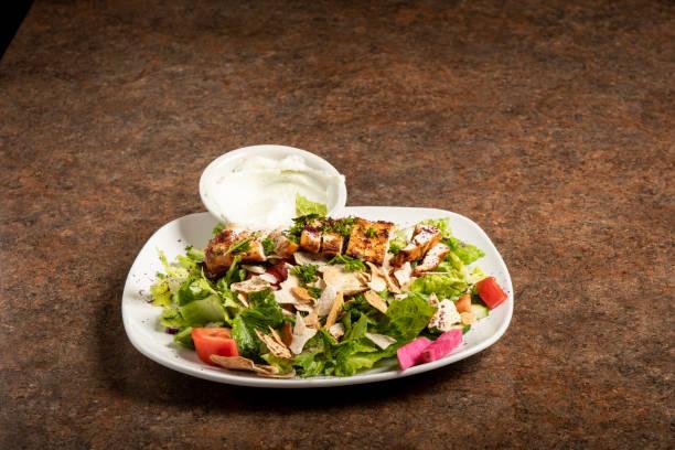 Orta Doğu restoran yemek Salata tavuk stok fotoğrafı