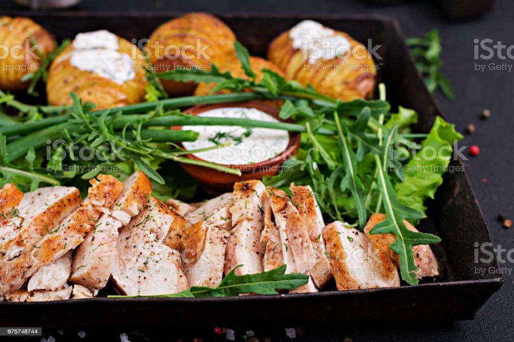Hähnchenfilet auf einen Grill mit einer Garnierung von gebackenen Kartoffeln gekocht. Diätetische Mahlzeiten. Gesunde Ernährung. - Lizenzfrei Asiatisch Stock-Foto