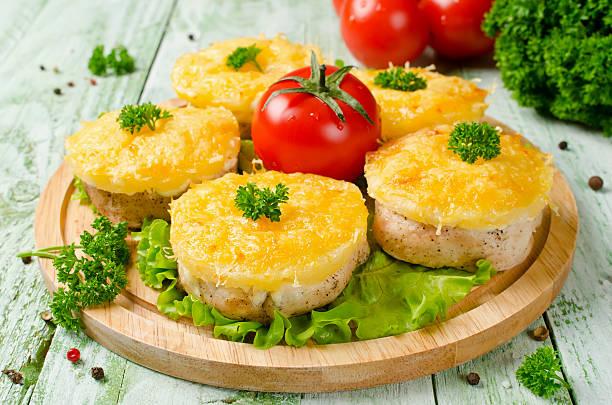 hähnchen-filet mit ananas und käse - ananas huhn salate stock-fotos und bilder