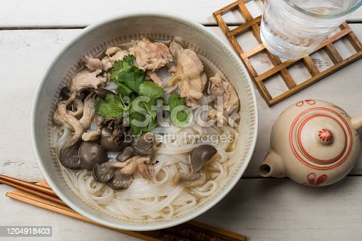 Vietnamese cuisine with chicken for four noodles made with rice. Based on soup made from chicken, season with soy sauce of Vietnam called Nyukumamu and eat it with coriander leaves.